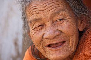 ersicherungsmakler, Vorsorgeexperte und Kreditmakler B-Quadrat   Alte Dame