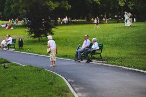ersicherungsmakler, Vorsorgeexperte und Kreditmakler B-Quadrat   Alte Dame spaziert