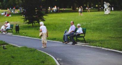 ersicherungsmakler, Vorsorgeexperte und Kreditmakler B-Quadrat | Alte Dame spaziert