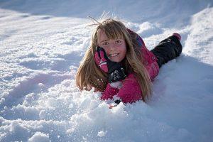 Versicherungsmakler, Vorsorgeexperte und Kreditmakler B-Quadrat   Mädchen im Schnee