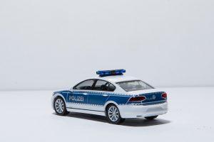Versicherungsmakler, Vorsorgeexperte und Kreditmakler B-Quadrat   Polizeiauto
