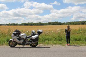 Versicherungsmakler, Vorsorgeexperte und Kreditmakler B-Quadrat   Motorradfahrerin